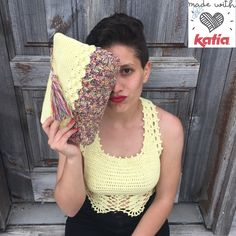 That's why I have made this design this crochet top combined with its hand bag. Crochet Woman, Crochet Clothes, Lana, Bikini Tops, Straw Bag, Crochet Patterns, Crochet Tutorials, Cotton, Handmade