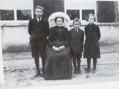 Gemert, Pandelaar 48, Foto ca 1925 Zittend weduwe Tonia Brouwers-Verschure. Staand: Noud, Jan en Dora.