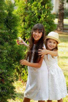 niños felices jugando en el parque - Imagen de stock: 30065621