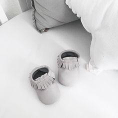 Baby boys like shoes too  Seit gestern warten diese süßen grauen Baby Moccs von @maviemoccs auf den dazugehören kleinen Jungen. Ein bisschen Geduld müssen wir alle aber noch haben  #maviemoccs #babymoccs #babymoccasins #itsaboy #nursery #numero74