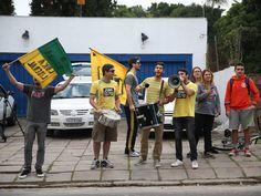 """Com megafones e cartazes, pedindo """"cadeia"""" e """"impeachment"""", pequeno grupo protesta em frente à casa do ex-marido da presidente Dilma Rousseff, Carlos Araújo, em Porto Alegre (RS) - 01/05/2015"""
