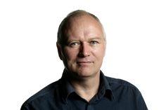 Bjarne Schilling er journalist på Politiken, hvor han gennem otte år var bagsideredaktør. I dag er han læsernes redaktør. I 2010 skrev han Håndbog for halvgamle mænd sammen med Gorm Vølver. Og i 2012 fortsatte de succesen med udgivelsen af Halvgamle mænd i deres bedste alder.