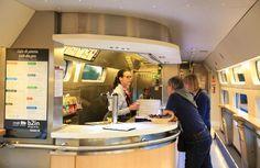 """旅行者癒やす""""駅の植物園""""【乗り鉄 欧州5200キロ】②スペイン スペインの高速列車AVEにあるビュッフェ。食堂車と違いメニューは軽食に限られる=スペイン(飯田英男撮影)キヤノン EOS 5D Mark Ⅲ:EF24-105mm F4L IS USM"""