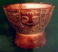 6/ HORIZON MOYEN. Cette iconographie apparaît en même temps sur des sites éloignés, ce qui suggère que ce panthéon était en place précédemment. Elle semble remonter à la culture Pucará à mi-chemin entre Tiwanaku et Huari, au nord du lac Titicaca. Cette culture se développe entre 300 av et 300 ap. On y trouve des restes d'un centre urbain complexe, plusieurs sculptures qui illustrent cette iconographie.
