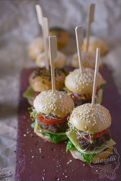 Mini burgery koreczki na dwa kęsy - idealny duet do piwa z Browar Amber Caramel Apples, Hamburger, Grilling, Impreza, Ethnic Recipes, Desserts, Food, Poster, Tailgate Desserts