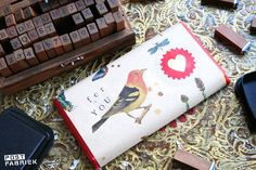 verpak een chocoladereep met een zelfgemaakte wikkel! Door aan de binnenkant lijntjespapier te plakken heb je een mooie wikkel en briefpapier in één! http://www.postfabriek.nl/2014/08/02/post-in-huis-bezorgen/
