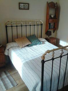 Antikes spanisches Bett circa 100 Jahre alt, 195 (l) x135 (b) cm.