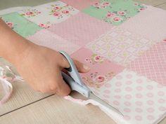Tutoriale DIY: Cómo hacer una colcha sencilla de patchwork en tonos pastel vía DaWanda.com