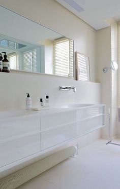 Salle de bains blanche. Plus de photos sur Côté Maison http://petitlien.fr/7j2z