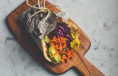 Homemade Naanbrood met kerriehummus en gekruide wortelsalade
