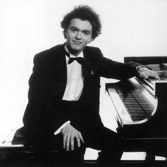 Evgeny Kissin. Russian Pianist. yesyesyesyes!!! love him!