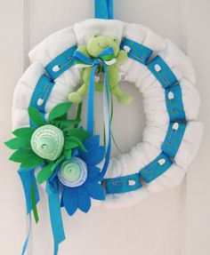 Cloth diaper wreath- so cute! I remember looking for a cloth diaper cake a while back, but I could only find disposable ones for some reason. Next friend to pop out a kid, this is what you are getting from me at your shower! Idee Baby Shower, Baby Shower Diapers, Baby Shower Games, Baby Shower Parties, Baby Boy Shower, Cloth Diaper Cakes, Cloth Diapers, Burp Cloths, Diaper Wreath