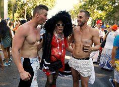 Гей парад 2016 в центре Парижа  Новое на сайте!В эту субботу в центре Парижа (Франция) состоялось масштабное мероприятие — 45-й гей парад, в котором приняли участие несколько тысяч человек. Это запланированное заранее мероприятие после долгих переговоров все же было разрешено президентом Франции Франсуа Олландом. Красочное и шумное шествие разодетых в откровенные наряды людей прошло в обеденное время и начало свое движение от Лувра ...The post Гей парад 2016 в центре Парижа appeared first…