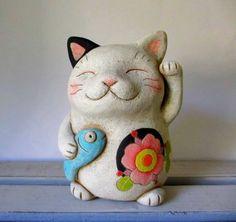 Maneki Neko, Neko Cat, Felt Animals, Animals And Pets, Japan Crafts, Art Asiatique, Hand Drawn Type, Cat Statue, Cat Accessories