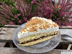Fantakuchen mit Pflaumenmus und Haselnusskrokant - Aus meinem Kuchen und Tortenblog Vanilla Cake, Tiramisu, Ethnic Recipes, Desserts, Creme, Food, Bakken, Plum Jam, Raspberries