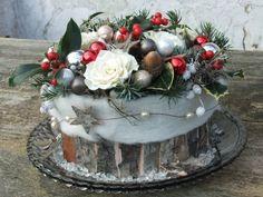 Een natuurlijke kersttaart op tafel. Homemade!