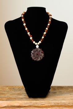 Collar de ambar y perlas con colgante de carneol tallado. Cierre de plata.