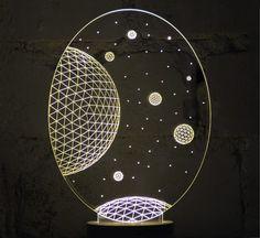 Galaxy è una bellissima lampada prodotta dal brand Studio Cheha. Raggiungere le stelle con la nostra lampada Galaxy che porta i suoi piani bidimensionali alla luce, con la sua potente scena da cielo notturno. Ogni lampada della collezione Bulbing è realizzata con un sottile foglio di vetro acrilico che è stato inciso a laser per creare un effetto 3D nell' emissione luce. Una volta accessa, si erge maestosa sulla sua base in legno, creando una bellissima illusione ottica che cambia e sfid...