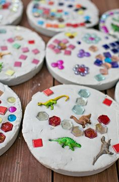 Give a personalized look to your garden by creating beautiful walkways with stepping stones. We've hooked you up with The 11 Best DIY Garden Stepping Stones. Stepping Stones Kids, Concrete Stepping Stones, Concrete Steps, Diy Concrete, Homemade Stepping Stones, Concrete Garden, Garden Crafts, Diy Garden Decor, Diy For Kids