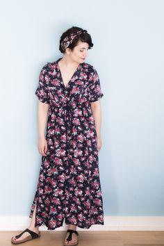 Schnittmuster für langes Shirtdress mit Blumen - Reeta Midi Dress von named clothing - Perfektes Sommeroutfit: Maxikleid mit Blumen gestyled mit Birkenstock Sandalen und Haarband - Tweed & Greet