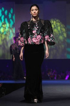 A modern twist of the Pinay ( filipino lady) formal traditional dress. There are so many possibilities. Ethnic Fashion, Asian Fashion, Fashion Art, Womens Fashion, Modern Filipiniana Gown, Filipiniana Wedding, Maria Clara Dress Philippines, Filipino Fashion, Philippines Fashion