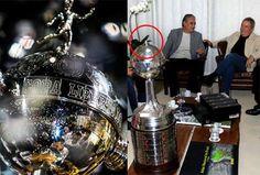 Taça da Libertadores é danificada durante festa corinthiana