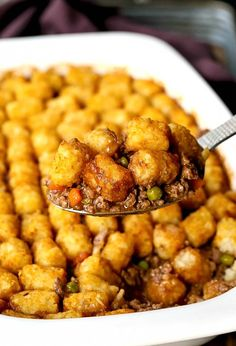 This Ground Beef Tater Tot Casserole is an easy casserole recipe that's on the table in minutes! Crispy tater tots top a beef filling mixed with gravy! Beef Tater Tot Casserole, Ground Beef Casserole, Vegetable Casserole, Tater Tots, Chicken Casserole, Easy Casserole Recipes, Easy Dinner Recipes, Easy Meals, Top Recipes