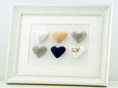 Maritimes Herzbild mit Muscheln & Betonherzen.  Das Bild wird in liebevoller Handarbeit hergestellt. Die Herzen werden aus Gips selbst gegossen, liebevoll bemalt und beklebt und zu einem Gesamtbild zusammen gefügt. Das Bild eignet sich als schöne Deko, egal in welchem Raum, für Dich oder als Geschenk für einen lieben Menschen zur Hochzeit, Weihnachten, Geburtstag, Jahres- oder Valentinstag.