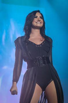 Demi Lovato se apresentando no Z Festival em São Paulo, SP  - 10 de dezembro.