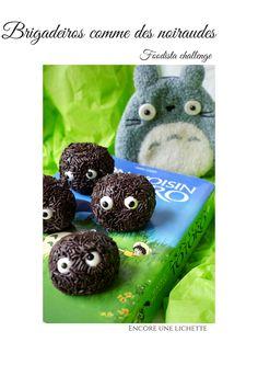 Des brigadeiros brésiliens, confiseries au cacao et lait concentré sucré, en forme de noiraudes de Totoro pour amuser les enfants! Totoro, Cacao, Biscuits, Muffin, Challenges, Cookies, Chocolate, Breakfast, Party
