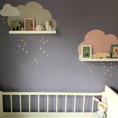 Valerie hat uns diese Bilder von ihrer zauberhaften Kinderzimmerdeko geschickt. Das erste Mal auch für uns, dass wir die neuen MUSTA Wolken auf einer farbigen Wand sehen.  #kinderzimmerdeko #xmasgeschenkideenchallenge #wolken #kinderzimmer #babyzimmer #wolkenliebe #wandgestaltung #bilderleistenregal #designforkids #instakids #meinlimmaland