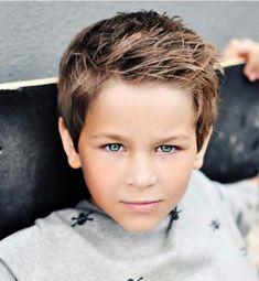 Une coupe courte avec des pics sur la tête. Une coiffure à la fois simple et cool pour un petit garçon ou un ado. Un peu de gel et le tour est joué. 65 coiffures sympas pour un petit gars