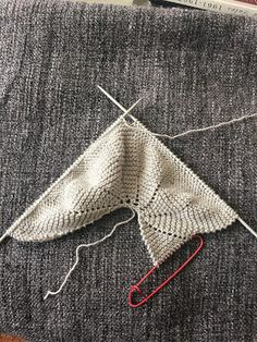 carmenbecares.blogspot.com: CAPOTA ESPIRAL 0/3 meses. TEJIDO DOS AGUJAS. Knit. Baby hat 0/3 m. Baby Hats Knitting, Knitting For Kids, Baby Knitting Patterns, Knitted Hats, Crochet Poncho, Crochet Hats, Baby Booties, Knitting Needles, Baby Wearing