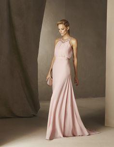 Gli abiti da sera perfetti per le vostre damigelle della collezione Cocktail di Pronovias: silhuette minimal e infinite sfumature di colore.
