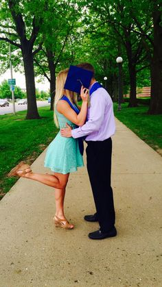 Graduation Pictures Poses For Couples Couple Graduation Pictures, Couple Senior Pictures, College Graduation Photos, Graduation Picture Poses, Graduation Photoshoot, Couple Picture Poses, Senior Picture Outfits, Grad Pics, Couple Photos