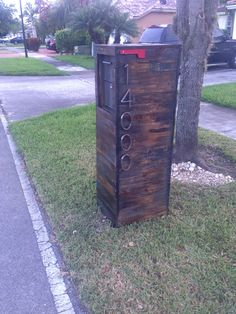 Reclaimed wood pallet mailbox. Mmwoodwrks@gmail.com                                                                                                                                                                                 More