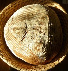 Chleba má pravidelné póry a hodně tmavou střídu, na chuti je výrazně poznat i použitá špaldová mouka. Suroviny: 320 g vody lžička cukru 2 lžíce oleje lžička chlebového koření 2,5 lžičky soli 100 g rozkvašeného hustého žitného kvásku 100 g žitné chlebvé mouky 170 g hladké mouky 300 g hladké špaldové mouky 15 g droždí…