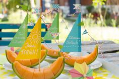 Süße Obstschiffchen gleiten über unseren Esstisch – klingt nach dem Schlaraffenland, nicht wahr? Mit dieser originellen Deko wird Ihre Gartenparty garantie...
