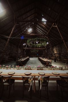 rustic wedding / flowers on the ceiling / a large wreath / wedding in the barn / fot. Ola Gruszka Fotografia