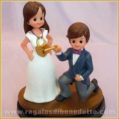Figura para #Tarta de #Boda • Ábrele tu corazón!. Graciosa cake topper en donde la novia lleva un candado al cuello y el novio lo abre con una llave ♡