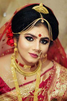 Gold Jewelry For Wedding Indian Wedding Bride, Bengali Wedding, Bengali Bride, Wedding Looks, Bridal Looks, Indian Bridal Photos, Bengali Bridal Makeup, Saree Jewellery, Indian Silk Sarees