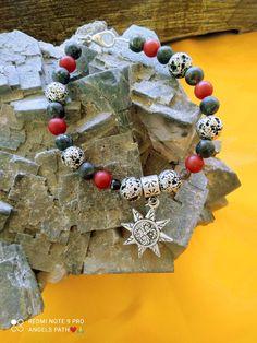 Χειροποίητο βραχίολι με μετταλίκο κρεμαστό σχέδιο ήλιο και ημιπολύτιμες πέτρες από μάυρη μεταλλική λάβα , μάυρη τουρμαλίνη , μάυρο και κόκκινο jade. Ιδιότητες: Μας συνδέει με τη γη και τα στοιχεία της φύσης που συνδέονται με την γη , φέρνει σταθερότητα και ισορροπία μέσα απο ταραχώδεις περιόδους η κατάστασης . Jewelry Collection, Jade, Beaded Bracelets, Pearl Bracelets, Seed Bead Bracelets, Pearl Bracelet