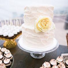 Avec fleur bourgogne Simple Chic Cake