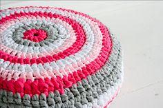 Crochet Home, Diy Crochet, Crochet Rugs, Knitted Cushions, T Shirt Yarn, Crochet Patterns, Logo Design, Crafty, Quilts