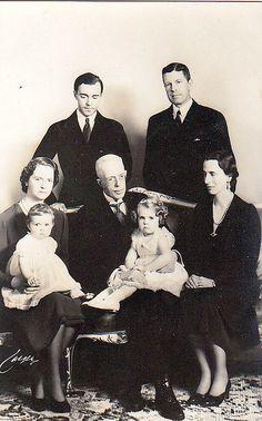 König Gustaf Adolf V. von Schweden mit seiner Familie, King of Sweden with his family    by Miss Mertens