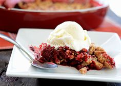 Strawberry and rhubarb are the tastes of summer! This strawberry-rhubarb crisp is the perfect summer dessert.and it's so easy to make. Food N, Food And Drink, Strawberry Rhubarb Crisp, Frozen Strawberries, Summer Desserts, Sugar And Spice, No Bake Cake, Soul Food, Sweet Treats