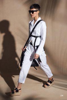 Michael Kors Collection Resort 2018 Fashion Show Collection: See the complete Michael Kors Collection Resort 2018 collection. Look 24 Vogue Fashion, Fashion Week, Fashion 2017, Fashion Models, Fashion Trends, Travel Fashion, Fashion Designers, High Fashion, Fashion Inspiration