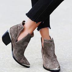 Ankle boots com recortes.