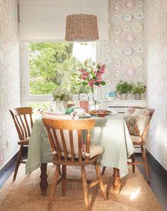 EN EL OFFICE Mesa y sillas de herencia familiar, mantel y vajilla de Zara Home, cojines de Gancedo y papel pintado vinílico de Coordonné.
