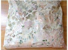 INGREDIENTES 1 xícara de iogurte natural 2 col. de sopa de azeite de oliva 4 dentes de alho picados ½ col. de sopa de orégano seco 1 limão siciliano médio ½ col. de chá de sal Pimenta do reino a gosto ¼ do ramo de salsinha fresca 8 pedaços de coxa e sobrecoxa de frango MODO DE PREPARO Em uma...